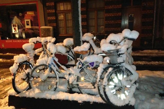 Radfahren unter widrigen Wetterbedingungen - Bei verschneitem Radweg auf die Straße ausweichen