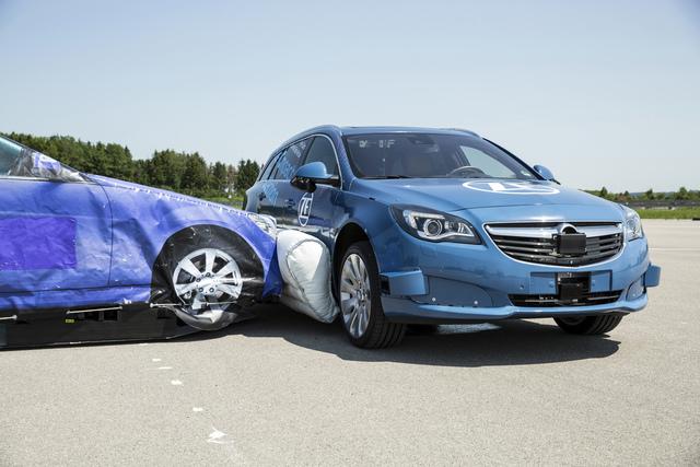 ZF zeigt den ersten Außen-Airbag für den Seitenaufprall  - Vorsorglich aufgeblasen