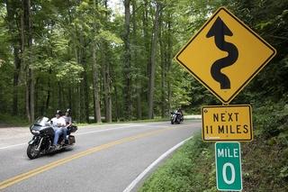 Unterwegs auf der gefährlichsten Straße der USA - 318 Kurven auf 11...