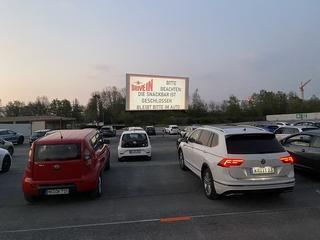 Corona-Ansturm auf Autokinos - Film ab - ohne Mundschutz!