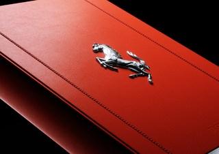 """Ferrari""-Buch im Alu-V12  - Preisintensives Sammlerstück"