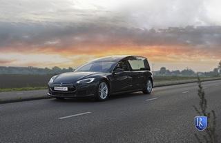 Tesla Model S als Leichenwagen - Emissionsfrei ans Grab