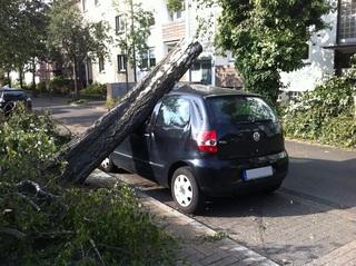 Ratgeber: Autofahren bei Sommergewitter - Abstand hoch, Geschwindig...